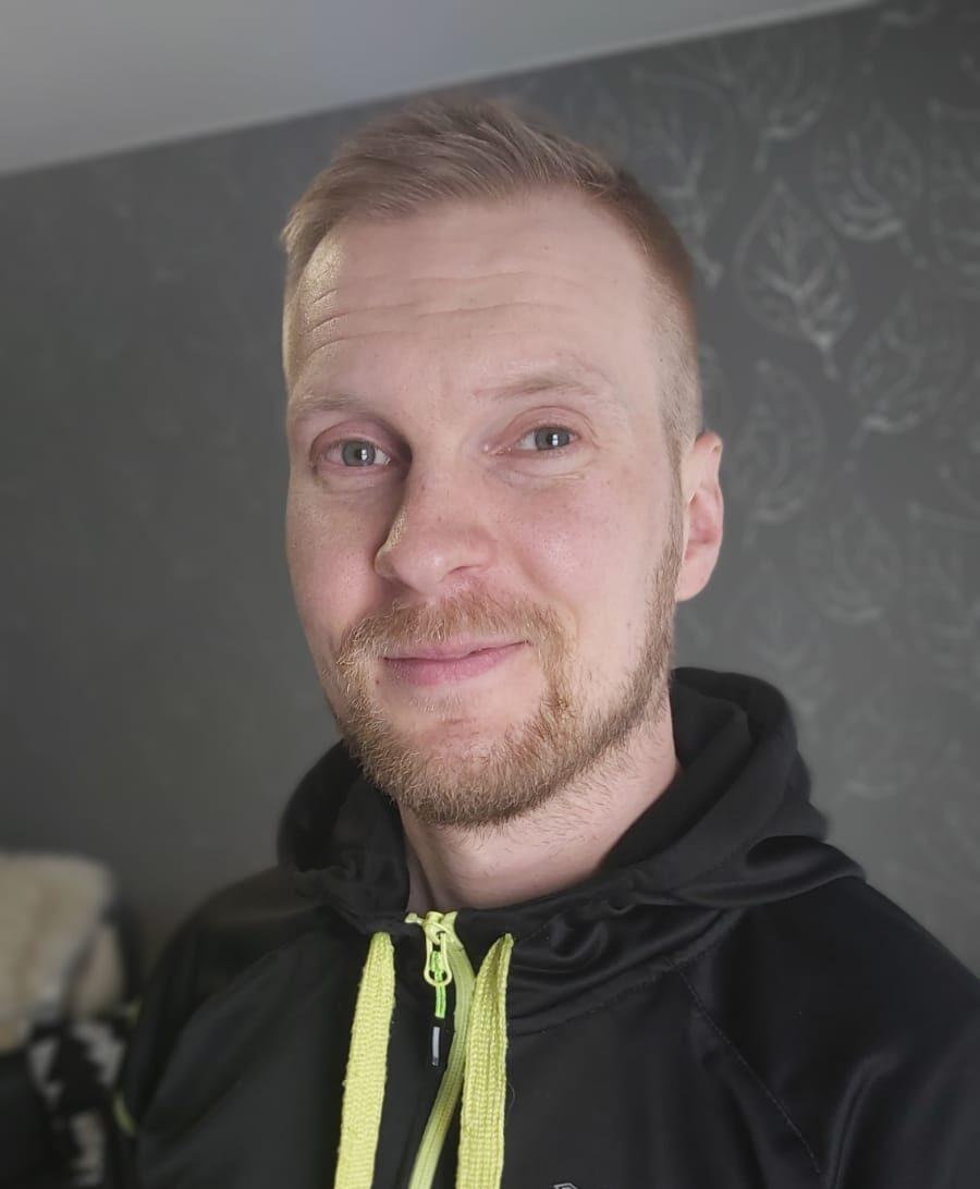 Jalkaterapeutti Janne Liikala antaa lisätietoja kompressiosukkien hyödyistä ja käyttömahdollisuuksista.